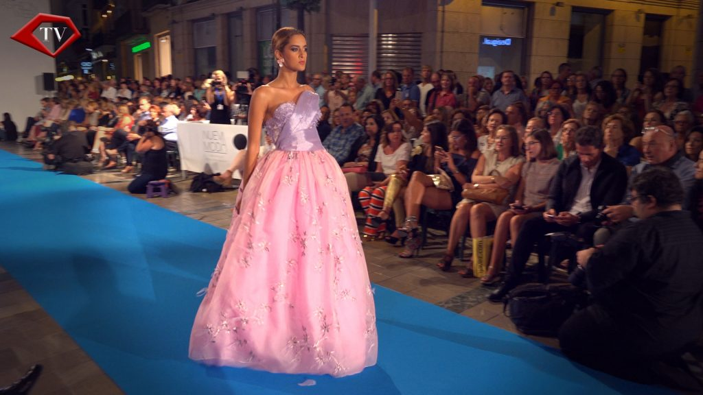 You in Pink by Asunción Retamero en Malaga Fashion Week www.arianasoffici.com