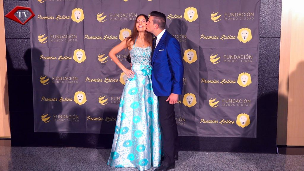 Ariana Soffici & Raul Fuentes kiss Premios Latino 2017